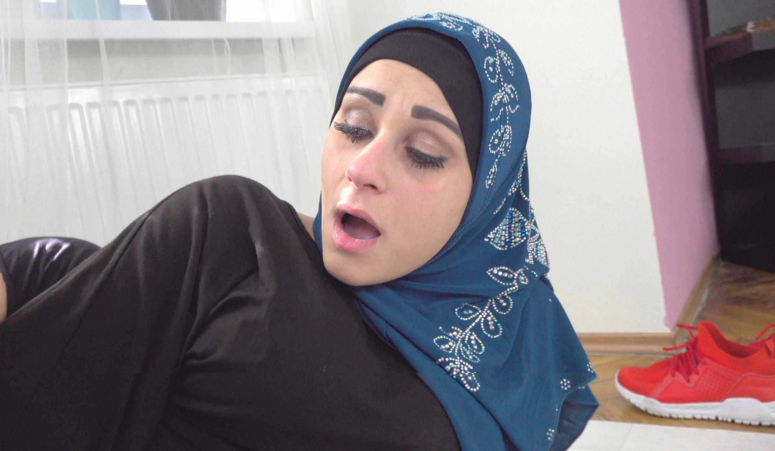 [SexWithMuslims] Klaudia Diamond (Muslim Woman Got The Cock In Her Mouth Instead Of A Prayer / 04.24.2020)