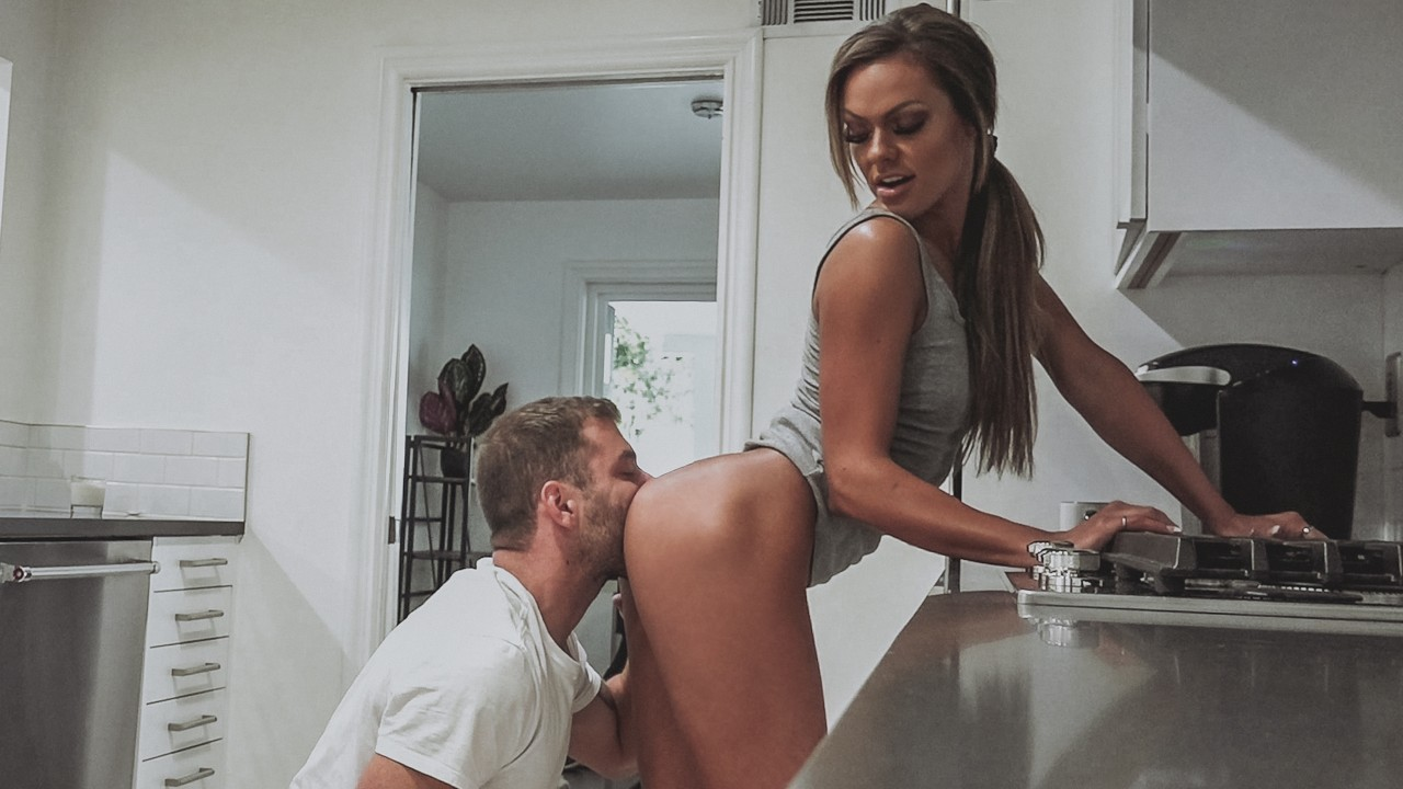 [TrueAmateurs] Aila (Athletic Babe Gets Fucked Hard On Her Kitchen Counter / 09.11.2020)